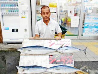 慶良間沖で56センチ、2・08キロのスマガツオと88・7センチ、4・18キロのヤマトナガイユーを釣った名城政伸さん=3日