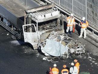 滋賀県多賀町の名神高速道路下り線の多重事故現場=2017年11月21日