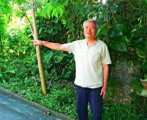 「すぐそこのサンハーで、ぶながやとにらめっこした」と説明する前田さん=大宜味村謝名城・根路銘グスク