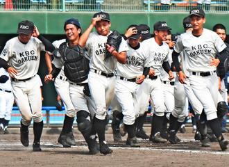 高校野球の県春季大会で優勝を決め、駆け出す未来沖縄の選手たち=北谷球場(国吉聡志撮影)