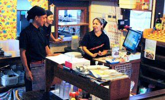 大忙しの昼時を終え笑顔のスタッフたち。左端はオーナーの安次富春也さん=中城村泊
