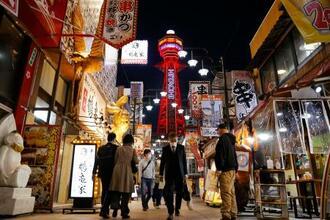 医療非常事態宣言が出され、赤色にライトアップされた大阪・新世界の通天閣=7日午後6時54分