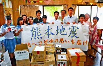 生徒から集めた支援物資を子ども食堂「夢空間タンポポ」に届けたコザ中学校の生徒会執行部とボランティア委員の生徒ら=21日、沖縄市大里