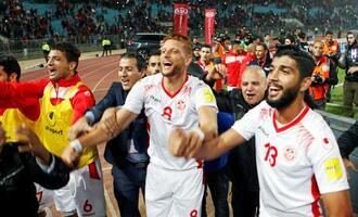 本大会出場を決め喜ぶチュニジア選手=チュニス(ロイター=共同)