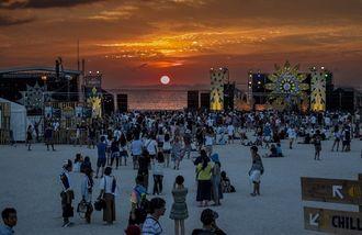 2つのステージの合間から見える夕日