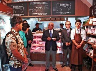 「沖縄の肉文化を世界に広げたい」と意気込みを語る上原社長(中央)=16日、那覇市松尾・上原ミート市場前本店