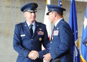 新司令官に就任し、前司令官のバリー・コーニッシュ准将と握手を交わすケース・カニンガム准将(左)=10日午前、米軍嘉手納基地