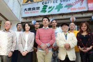 映画の見どころを話す、ガレッジセールのゴリ監督(前列中央)と出演者ら =沖縄市中央・大衆食堂ミッキー