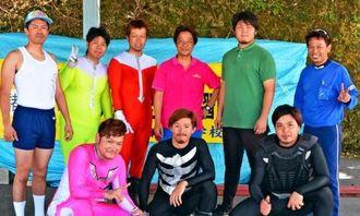 あげな自動車学校の「アゲレンジャー」メンバーら。前列左がリーダーの米須清太さん=うるま市のあげな自動車学校
