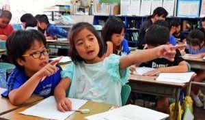 意見を出し合いながら、栄町市場の良さをポスターにまとめる3年生=6月29日、那覇市立大道小学校