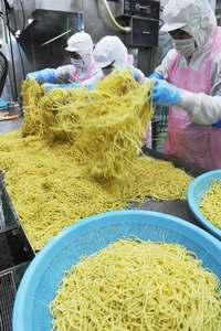 年越しは、もちろん「沖縄そば」で 製麺工場は24時間フル回転、生産ピークに