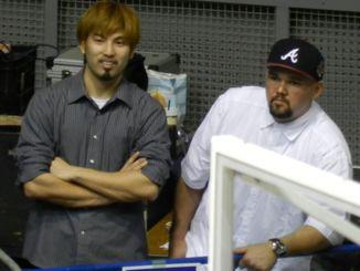 2012年4月21日、宜野湾市立体育館での千葉ジェッツ戦にて。怪我をしてベンチにさえ入れなかった山城と金城のツーショット写真が奇跡的に出てきた。わたしには、あの頃の二人をちゃんと見ていた、という記憶があって、必死でこの写真を探していたのだ(Natsuhiko Watase)