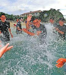 夏日の下、水遊びを楽しむ中学生=12日午後5時半ごろ、那覇市若狭・波の上ビーチ(国吉聡志撮影)