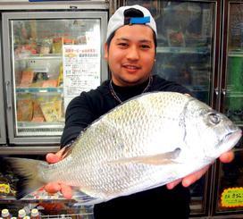 泡瀬海岸で43センチ、1.4キロのチンシラーを釣った真栄城裕太さん=8日