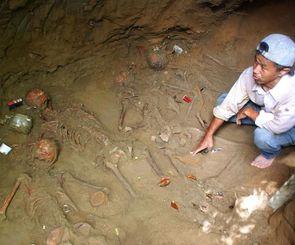 西原町幸地の壕跡地で見つかった遺骨。説明しているのはガマフヤーの具志堅代表=2009年9月13日