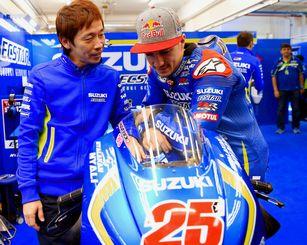 担当したマーベリック・ビニャーレス選手(右)とMotoGPのピットで語り合う=昨年11月、スペイン(スズキ提供)