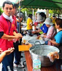 炊き出し訓練でおにぎりを用意する参加者ら=北中城村、熱田自治会