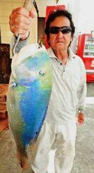 知念海岸で62センチ、4キロのマクブを釣った与那嶺勉さん=13日
