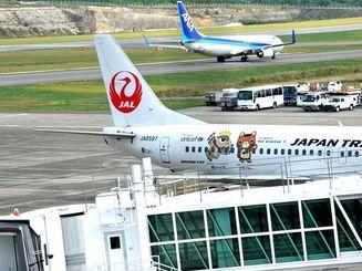(資料写真)石垣空港。台風接近のため13日は先島諸島発着の65便が欠航を決めている