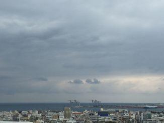 沖縄本島地方は曇っており、今にも雨が降り出しそうです