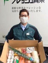 「野菜セット」をPRする金城仁志営業グループ長=8日、糸満市
