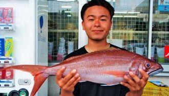 安田漁港で69センチ、2・52キロのタイクチャーマチを釣った津波古一己さん=12日