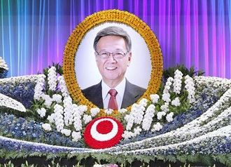 翁長雄志前沖縄県知事の県民葬=2018年10月、那覇市