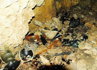 何者かによって遺品が壊されたチビチリガマの中。瓶や壺が割られていた