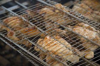 炭火で焼き上げた県産の丸鶏