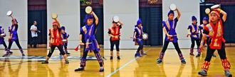 シカゴの日本祭りで子どもたちがエイサーを披露し、会場から声援を浴びた