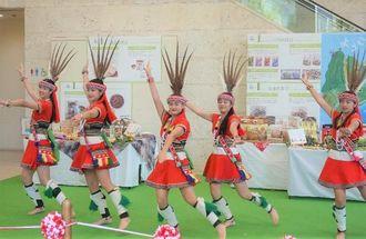 「台湾フェア」の幕開けで披露された先住民族・アミ族のダンス=14日午前、那覇市久茂地のタイムスビル