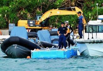 キャンプ・シュワブ内に設置された浮桟橋に係留する海上保安庁の船舶=28日午前8時10分、名護市辺野古