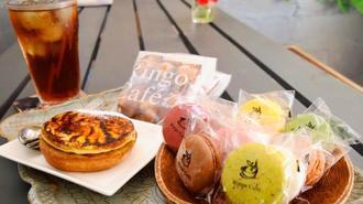 人気メニューのマカロン(手前右)、パイナップルタルト(同左)、焼き菓子セット(奥)=本部町瀬底