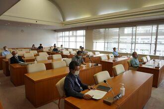 県議会土木環境委員会は瑞慶覧功委員長の提出した意見書案を全会一致で採決した=12日、県議会