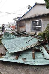 暴風ではがれ落ちたトタン屋根=4日午後、久米島町大田
