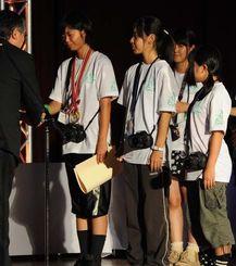 優秀賞の表彰を受ける浦添工の選手たち=8日、北海道東川町