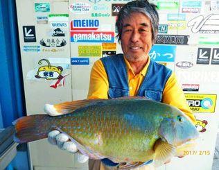 石川漁港で46センチ、2・1キロのマクブを釣った蔵当秀光さん=15日