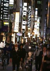 再開する店が増えた、JR大阪駅近くの繁華街・北新地=1日夜