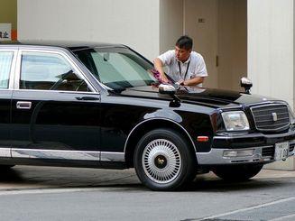 車を磨く(資料写真)