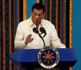 22日、フィリピン・マニラで施政方針演説をするドゥテルテ大統領(ロイター=共同)