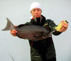 那覇一文字で43.4センチ、1.1キロのグレを釣った琉球釣遊会の嘉陽田章拮さん=18日