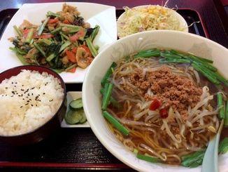 日替わりランチ650円の小松菜と豚肉炒めにプラス150円で台湾ラーメン