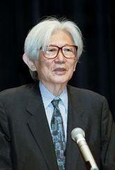 アジア・太平洋フォーラムで「アジア太平洋地域と沖縄の課題」について講演する下河辺淳氏=1997年6月、県女性総合センター