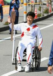 聖火ランナーを務めた上山友裕さん=20日午前、高知県香美市