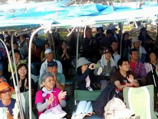 ゲート前テント村に集まった人たちは加藤登紀子さん、古謝美佐子さんらと心通わせ、本当に生き生きとした優しい笑顔を見せていた
