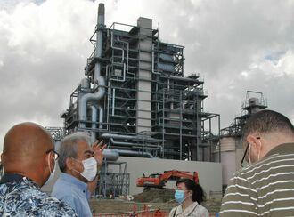 中城バイオマス発電所を視察する関係者