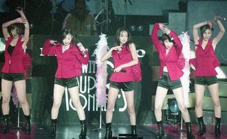 1995年12月、宜野湾市の沖縄コンベンションセンターで歌う安室奈美恵さん(中央)