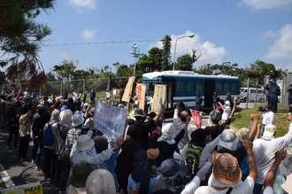 ヘリパッド建設阻止を誓い拳を突き上げる市民ら=19日、東村高江の北部訓練場メインゲート前