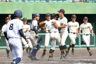 決勝進出を決め、喜ぶ具商ナイン=10日午後、沖縄市・コザしんきんスタジアム