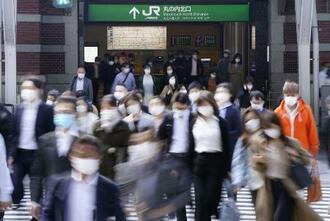 JR東京駅前をマスク姿で通勤する人たち